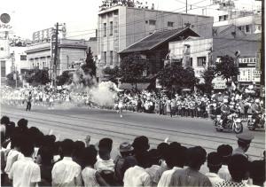 オリンピック聖火が走る